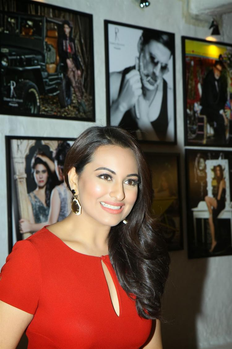 Sonakshi Sinha Gorgeous Pic At Dabboo Ratnani's 2014 Calender Launch Event