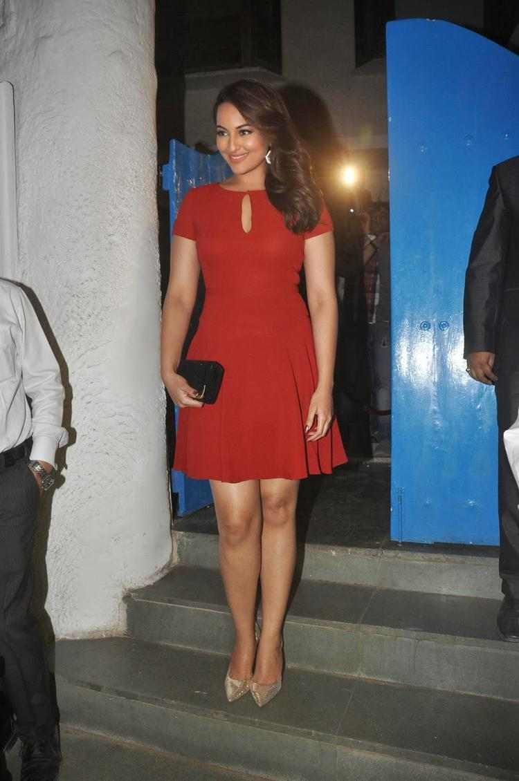 Sonakshi Sinha Sizzling Pic In Red Dress At Dabboo Ratnani's 2014 Calendar Launch Event