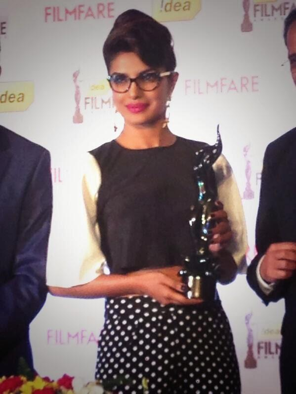 Priyanka Chopra Pose With 3D Trophy At The 59th Idea Filmfare Awards Press Conference