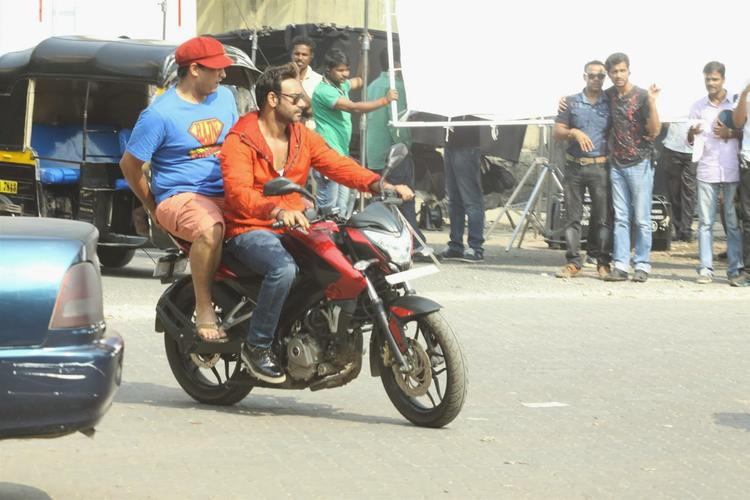 Ajay Devgan Bike Ride On Mumbai Road For Upcoming Movie Action Jackson