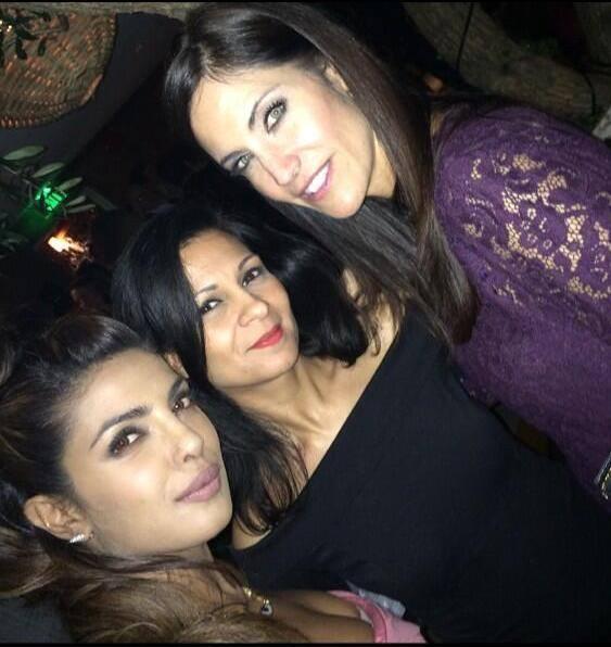 Priyanka Chopra Cool Pose With Friends At Los Angeles