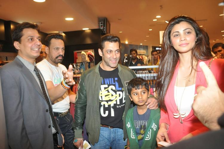 Salman And Daisy Snapped At The Screening Of Sholay 3D