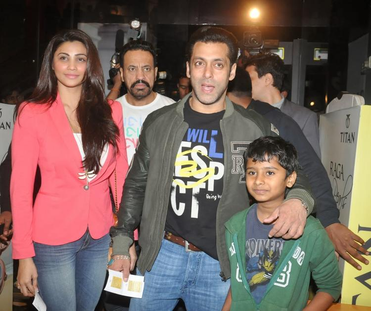 Salman And Daisy Spotted To See His Dad's Movie Sholay 3D