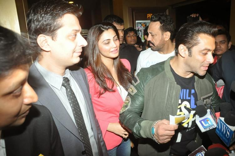 Salman Khan Say Something To Media At The Screening Of Sholay 3D
