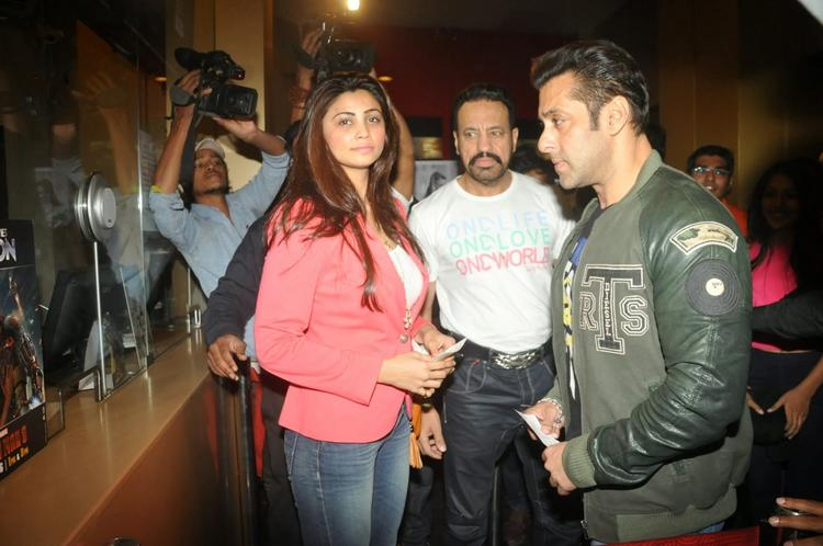 Salman Khan Watched Sholay 3D With Hisjai Ho Team