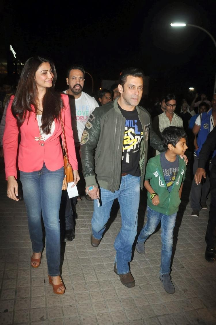Salman,Daisy And Naman At Juhu PVR Theatre To See Sholay 3D