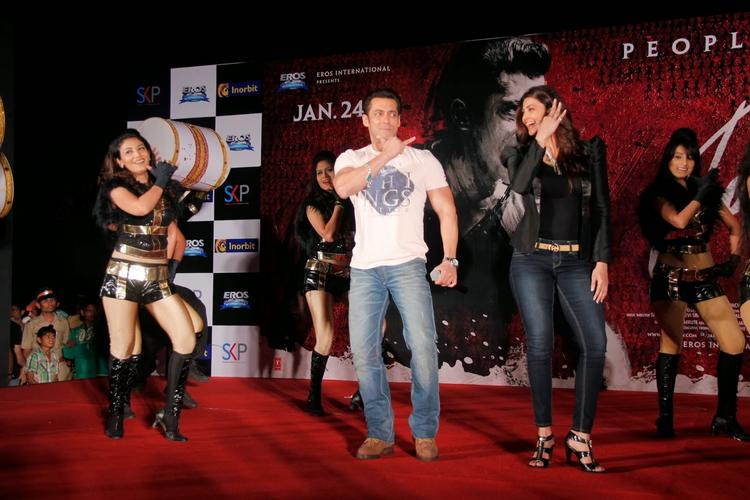 Salman Khan And Daisy Shah At Inorbit Mall To Promote Their Jai Ho Movie