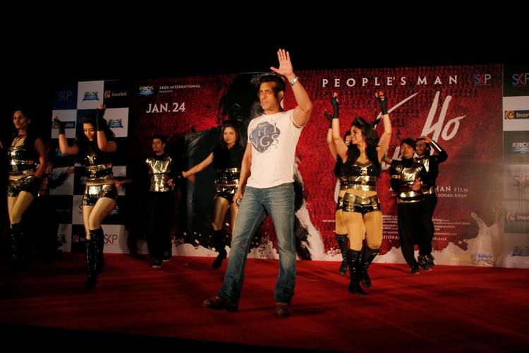 Salman Khan Performs With Fans At Inorbit Mall During The Jai Ho Film Promotion