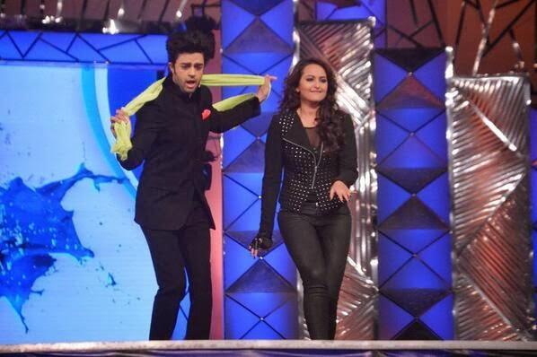 Sonakshi Perform Her Papular Song Saree Ke Fall Sa At  Umang Police Show 2014