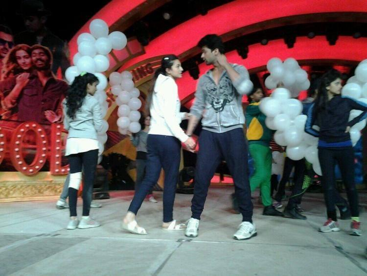 New Sweet Love Birds Gauhar And Kushal Performs On The Stage Of Mirchi Top 20