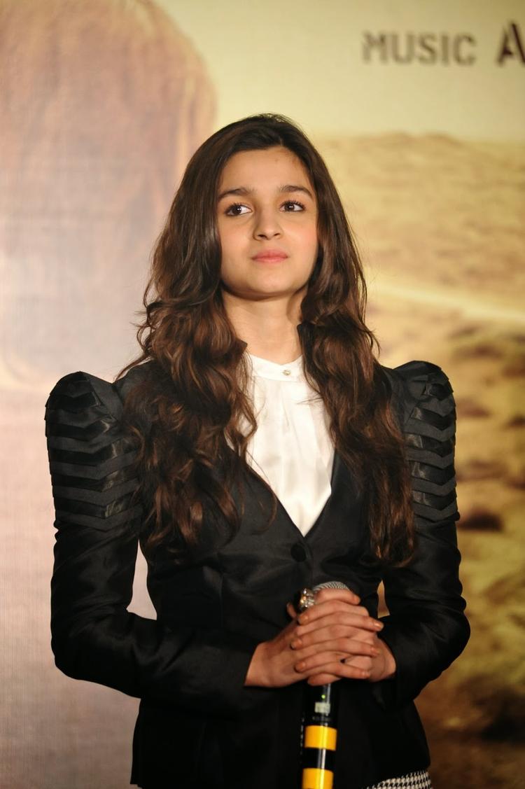 Cute Bollywood Babe Alia Bhatt At Highway Movie Media Interaction