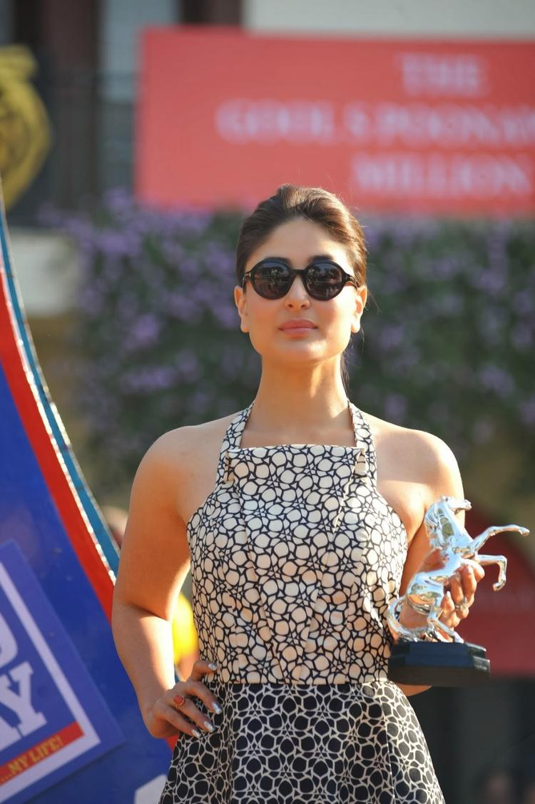 Kareena Kapoor Pose With Trophy At The Mid-Day Race