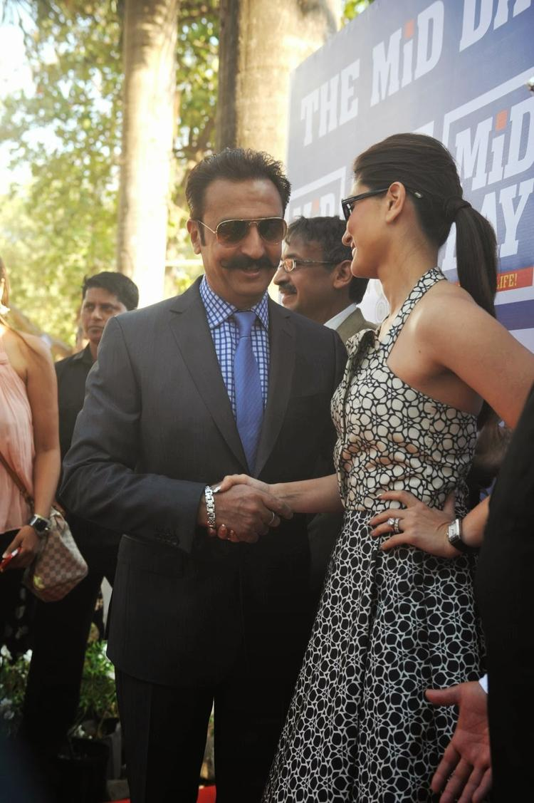 Kareena Meet Gulshan Grover During The Mid-Day Trophy Race Event