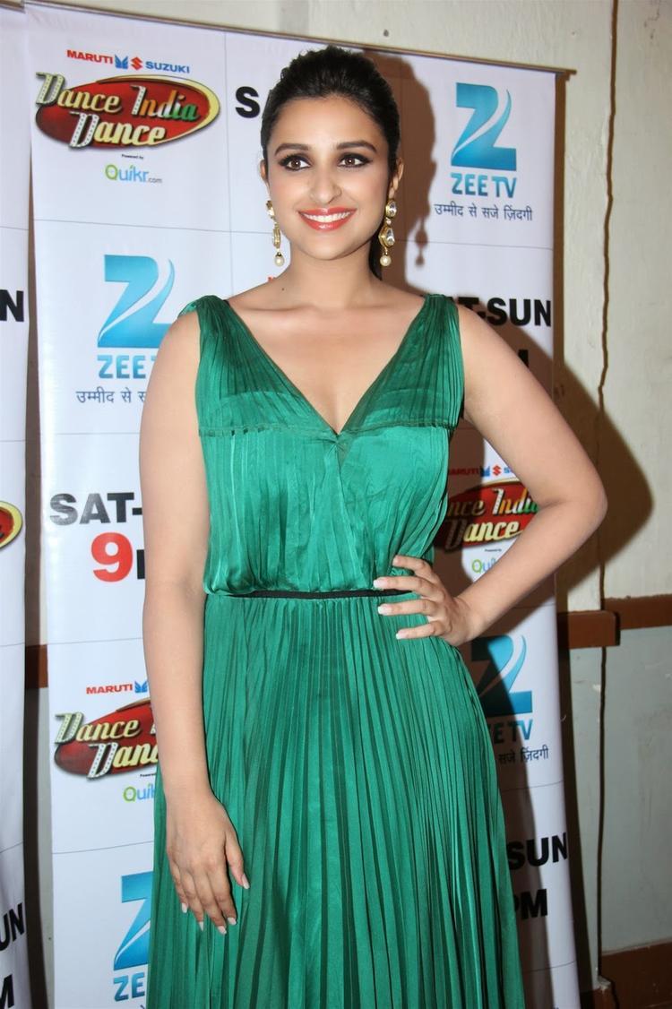 Parineeti Chopra Stunning Smiling Pic On The Sets Of DID Season 4