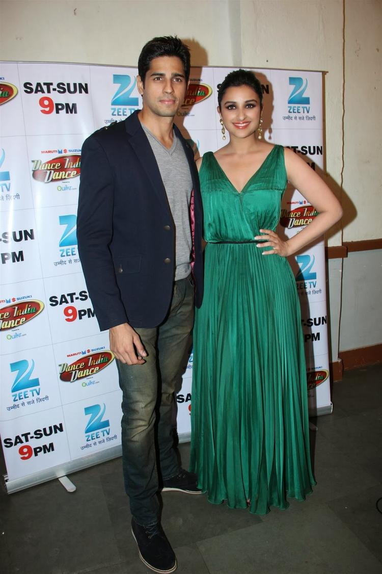 Sidharth And Parineeti Strikes A Pose For Camera At Sets Of DID During Promoting Their Movie HTP