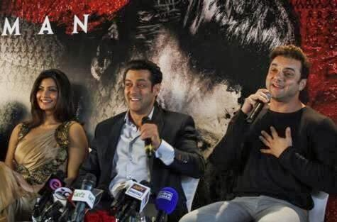 Salman,Daisy And Sohail In Dubai Press Meet Smiling Pic