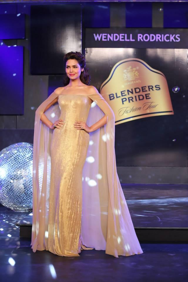 Esha Gupta Looks Amazing And Stunning On The Stage Of Blenders Pride Fashion Tour 2013
