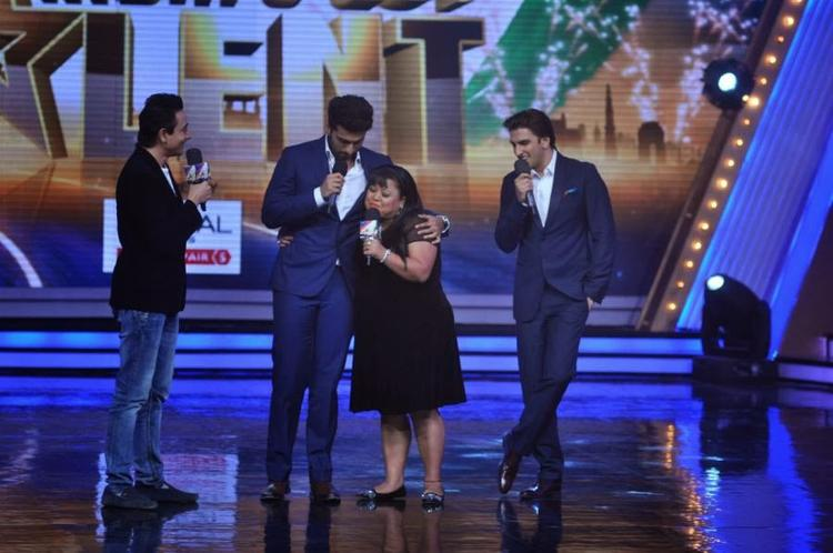 Arjun Kapoor Hug Anchor Bharti On The Stage Of IGT Season 5