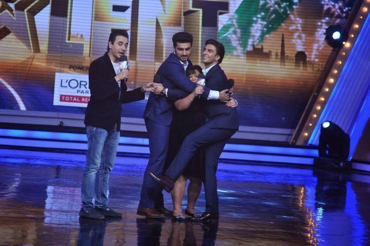 Ranveer And Arjun Hug Anchor Bharti At IGT Season 5