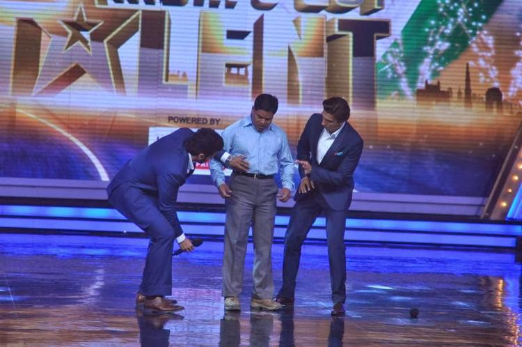 Ranveer And Arjun Try To Pulling The IGT Contestant Shirt During Their Movie Gunday Promotion