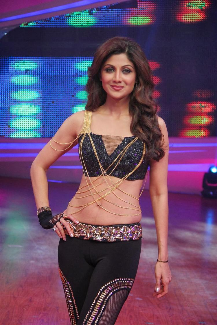 Shilpa Shetty Sexy Pose For Camera At Grand Finale Of Nach Baliye 6
