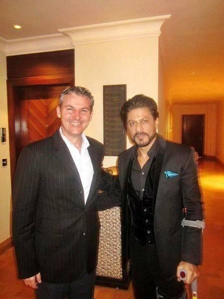 Shahrukh Khan Photo Shoot With NRI At His Wedding Ceremony