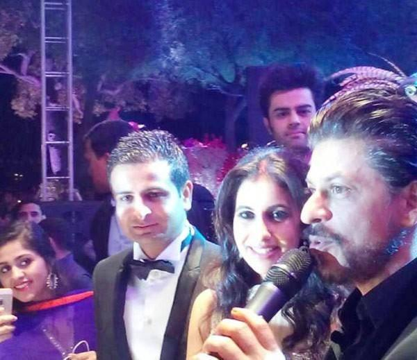 Shahrukh With NRI Couple During Their Wedding Ceremony