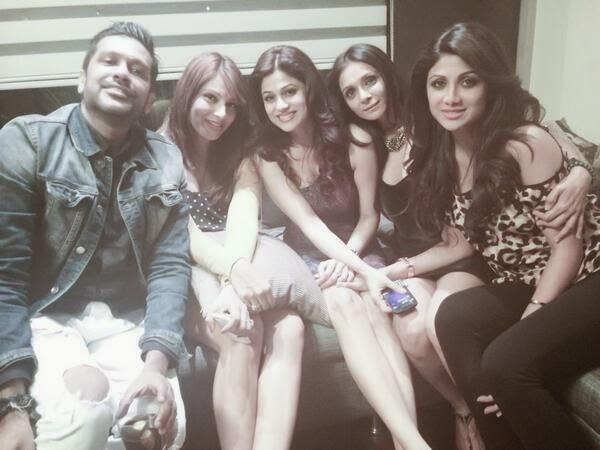 Bipasha,Shamita,Shilpa And Friends Are Posed At 35th Shamita Shetty's Birthday Party