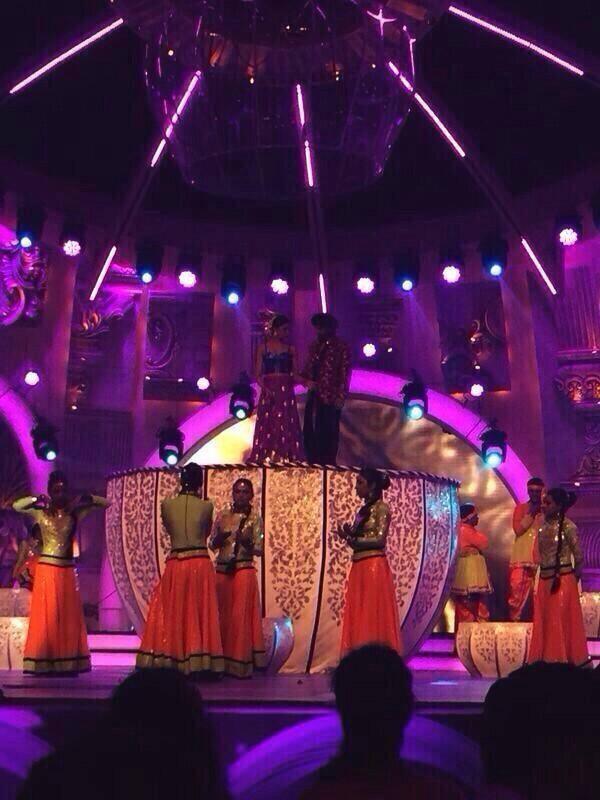 Ranveer And Deepika Cosy Up During Reherasals At The Zee Cine Awards 2014