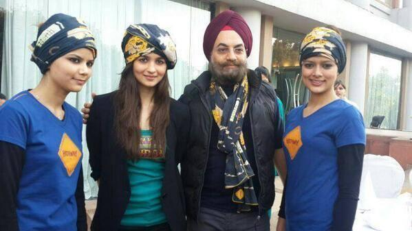 Alia Bhatt Posed With Friends During The Promotion Of Highway