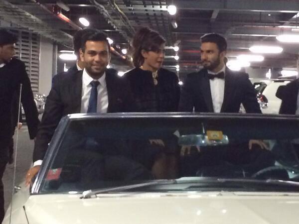 Priyanka And Ranveer Promote Gunday On A Car In Mumbai
