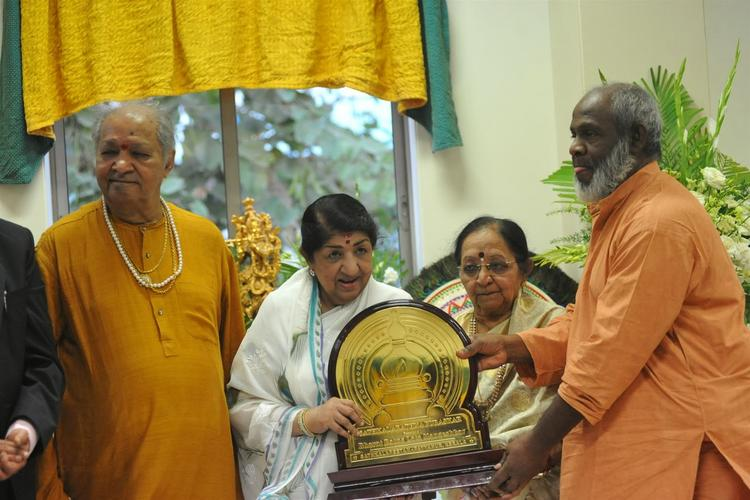 Bollywood Play Back Singer Lata Mangeshkar Receives The First Sathkalaratna Puraskar From Swami Krishnananda Bharathy