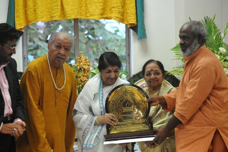 Lata Mangeshkar 1st Sathkalaratna Puraskar Receives Photo