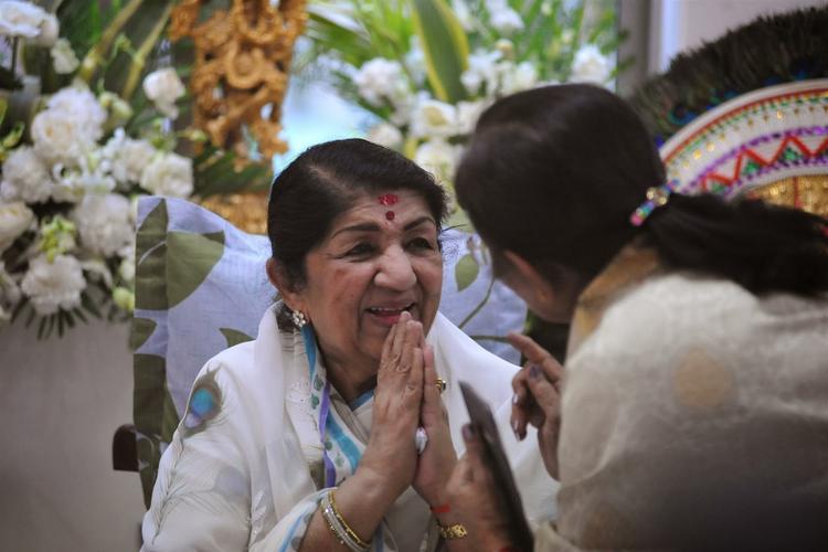 Lata Mangeshkar A Pic After Receiving The First Sathkalaratna Purskar
