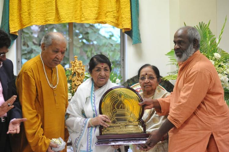 Lata Mangeshkar Receives The First Sathkalaratna Puraskar From Swami Krishnananda Bharathy