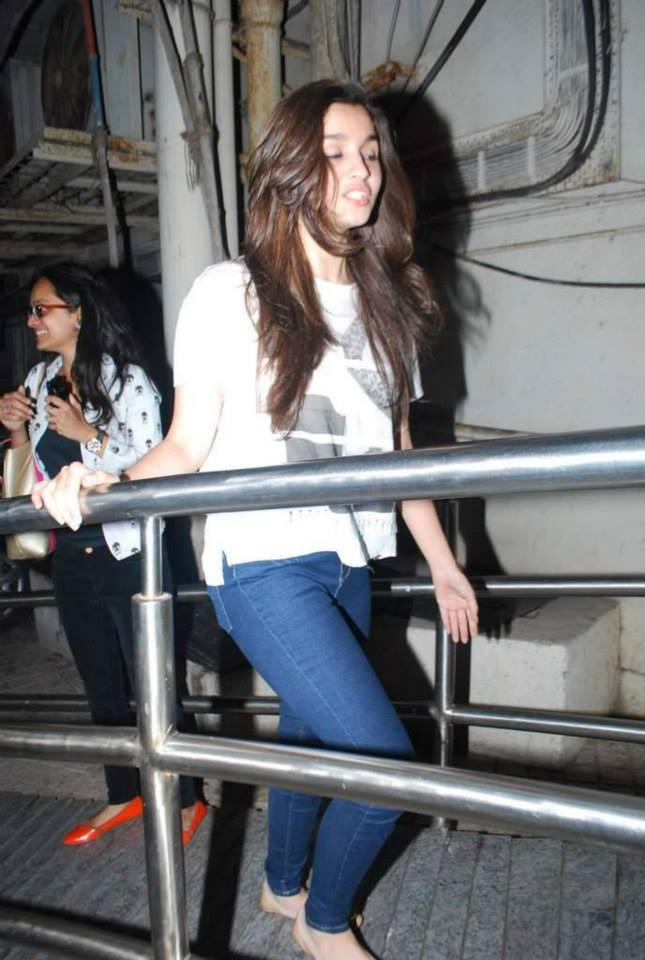 Alia Bhatt Smiling Cool Look During The Special Screening Of Highway
