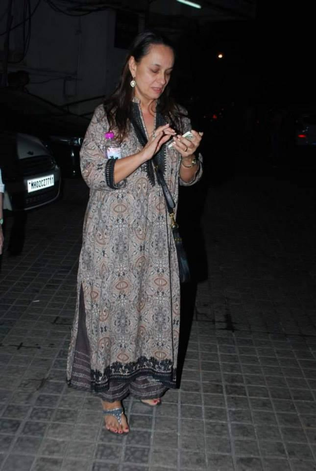 Soni Razdan Cool With Her Mobile During The Special Screening Of Highway