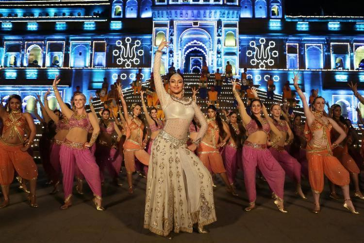 Sonakshi Sinha Cool Dance Moves From Tevar Movie Item Song Radha Nachegi