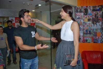 Ayushmann And Sonam Cool Funny Pose During The Promotion Of Bewakoofiyaan At Fever 104 FM