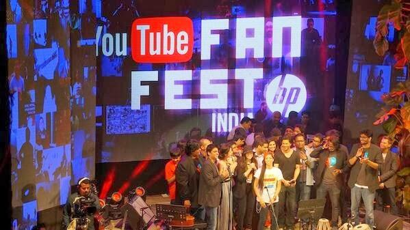 Shahrukh Khan Posed With Fans On The Stage At Youtube Fanfest 2014