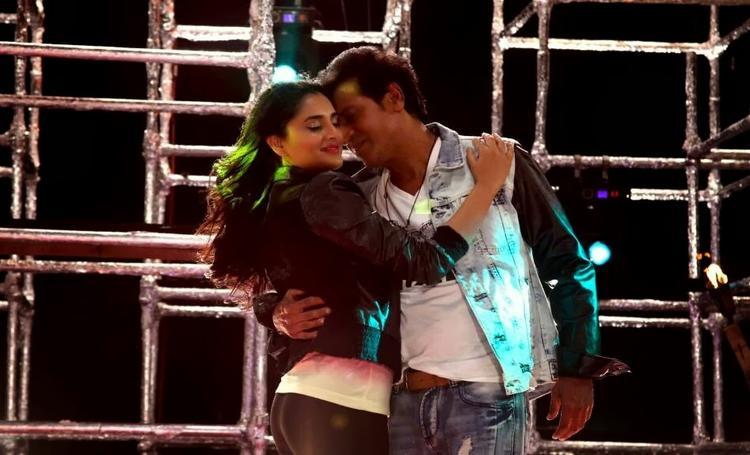Ramya And Shivaraj Kumar Romantic Pose Song Still From Shivaraj Kumar's Aryan Kannada Movie
