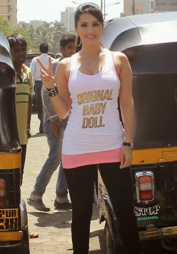 Sunny Leone Clicked With Auto Rickshaw During The Promotion Of Ragini MMS 2