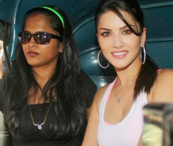 Sunny Leone Dazzling Hot Look During The Promotion Of Ragini MMS 2 With Auto Rickshaw Ride