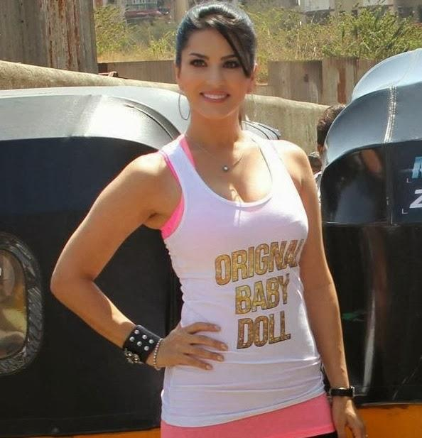 Sunny Leone Pose With Auto Rickshaw During The Promotion Of Ragini MMS 2