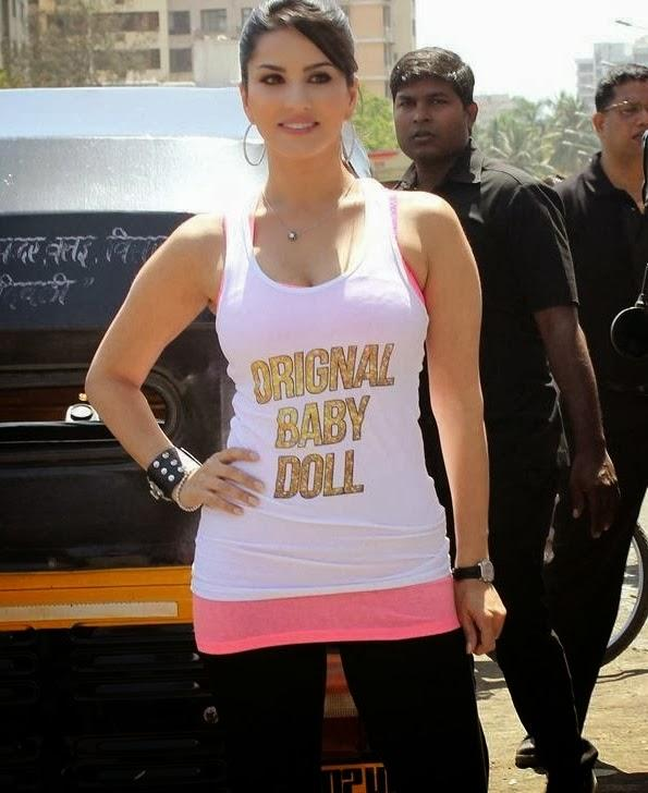 Sunny Leone Sizzles During The Promotion Of Ragini MMS 2 With Auto Rickshaw Ride
