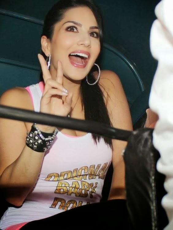Sunny Leone Smiling Cool Pose During The Promotion Of Ragini MMS 2 With Auto Rickshaw Ride