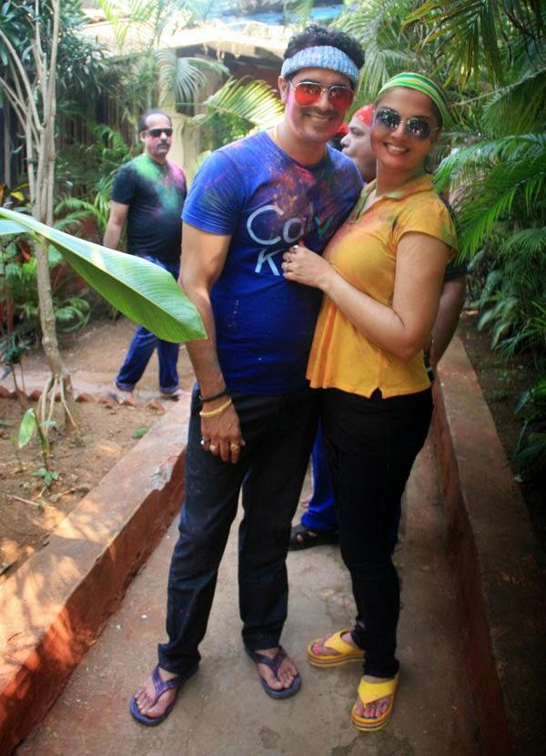 TV Actress Deepshika Cosies Up To Husband Kaishav For The Cameras At Shabana Azmi And Javed Akhtar's 2014 Holi Bash