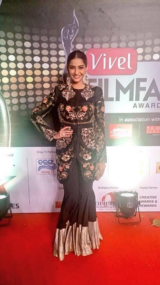 Fashionista Sonam Kapoor Looks Sizzles At Vivel Filmfare Awards 2014