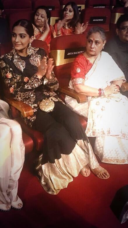 Jaya And Sonam Attend The Vivel Filmfare Awards 2014