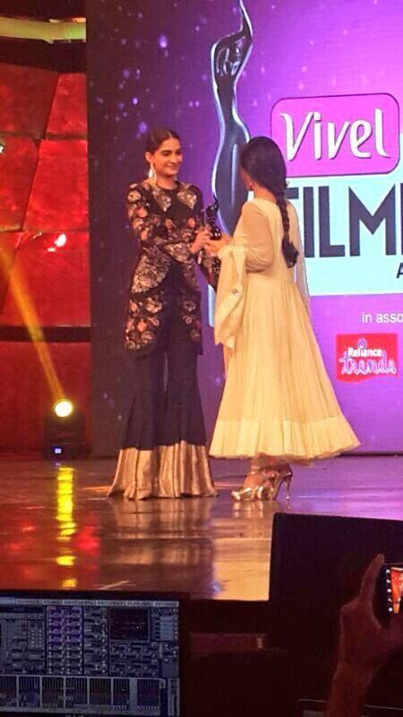 Konkona Recieves The Best Actress Award From Sonam At Vivel Filmfare Awards 2014